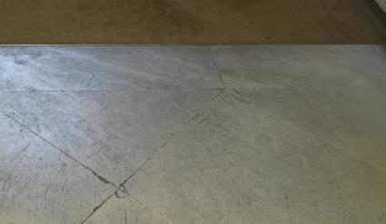 pierre poreuse usée et griffée à rénover