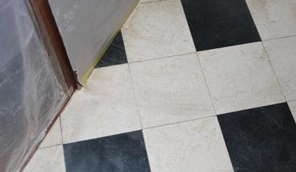 Rénovation, ponçage et cristallisation d'un carrelage de hall d'entrée en granito à Mouscron entretien France rénovation de sol