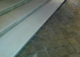 Ponçage adouci d'un escalier en pierre poreuse Bruxelles